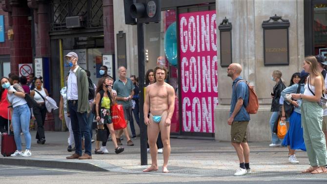 Гол мъж предизвика шок в Лондон