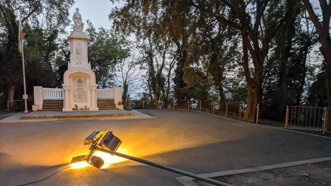 Вандали събориха светеща лампа в Морската градина на Варна