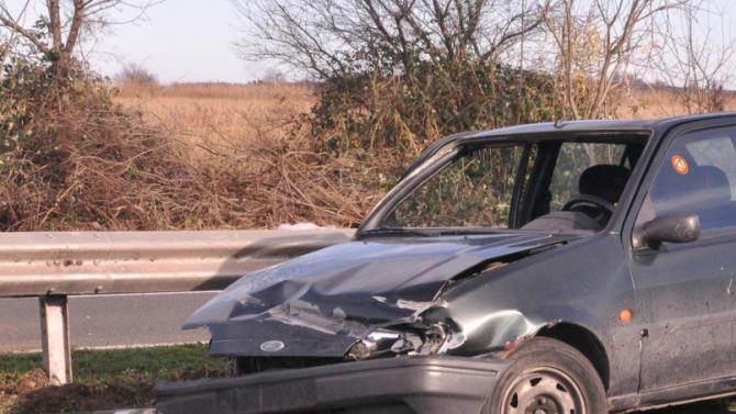 Пиян 20-годишен младеж заби колата си в мантинела и рани приятел