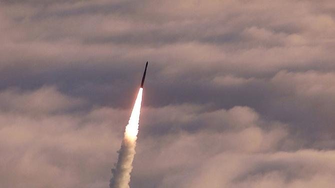 Иран изстреля ракета срещу макет на американски самолетоносач по време на учения