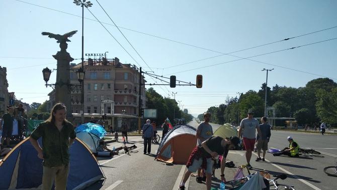 """10 палатки блокираха """"Орлов мост"""". Движението е затруднено!"""
