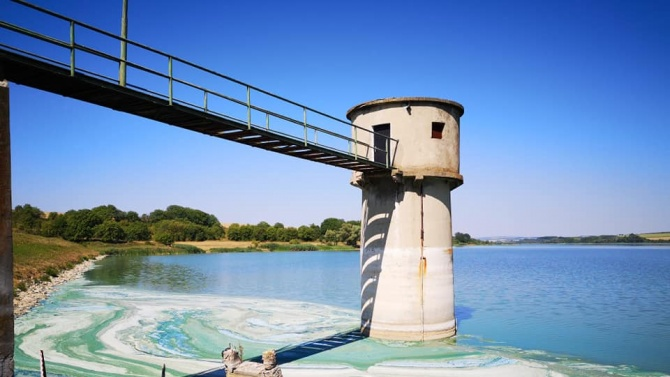 Силно замърсяване на язовир Съединение, преустановено е подаването на вода