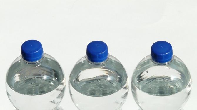 Служители на община Видин раздават днес безплатно минерална вода в