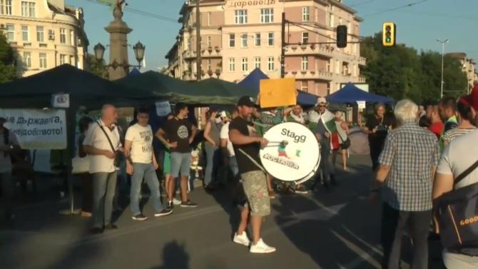 Орлов мост продължава да бъде блокиран от протестиращи, настояващи за