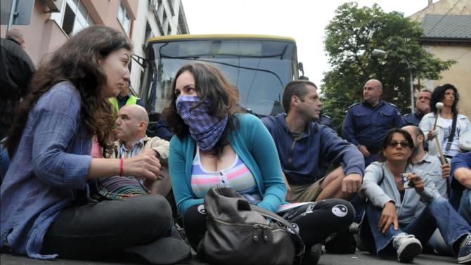 Протестиращи граждани блокираха път Е-79 при Кресна.Недоволстващите минават по пешеходната