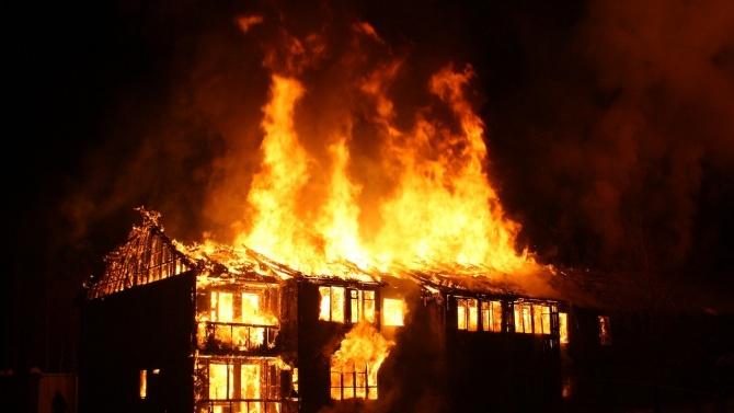 Възрастна жена е загинала при пожар в дома си във