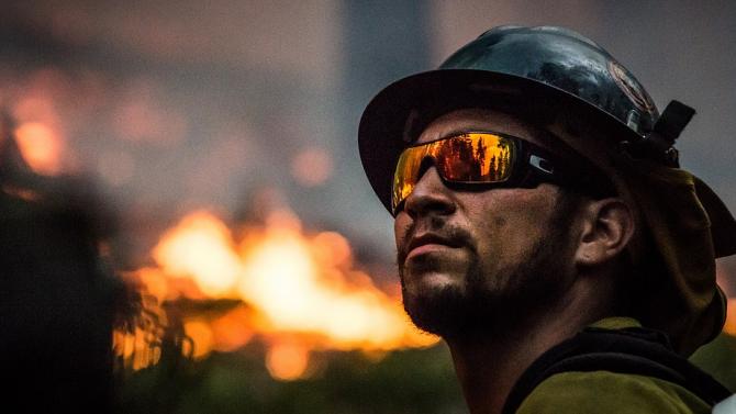 Пожарникари се борят с мащабен горски пожар в Калифорния. Той