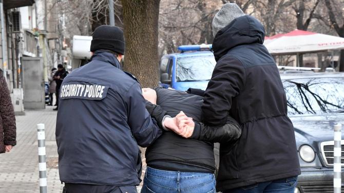 Дванайсет души са задържани при провелата се специализирана полицейска операция