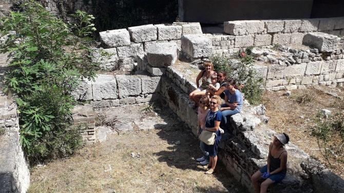 Доброволци почистиха епископската базилика във Варна