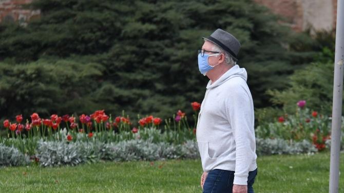 Носенето на предпазна маска в оживени открити пространства вече е