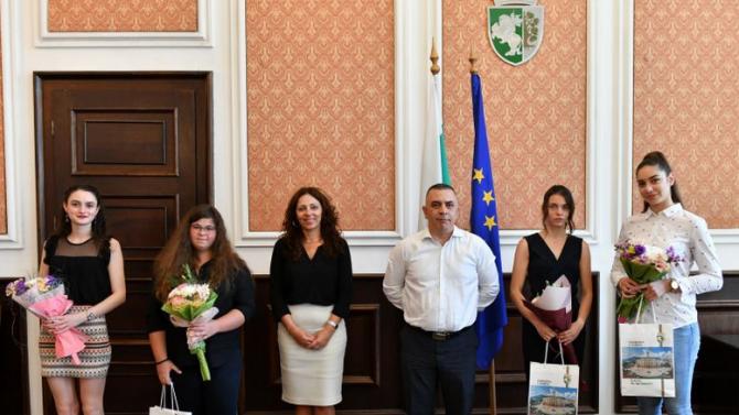 Четири зрелостнички, завършили с отличие, бяха наградени днес в Сливен.