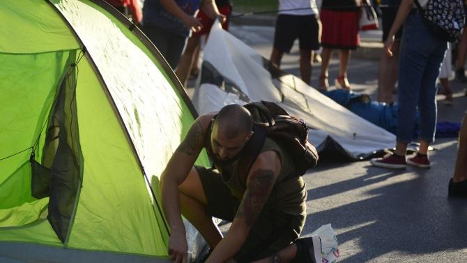Продължава блокадата с палатки в София