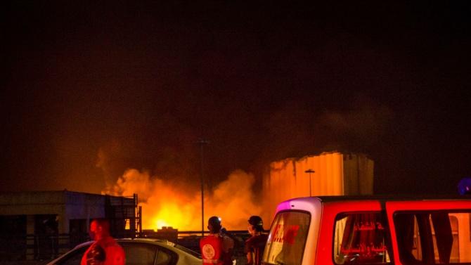 Служители от гражданската защита на Ливан продължават да гасят пожара