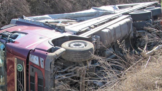 Тежкотоварен камион се е обърнал на пътя Плевен - село