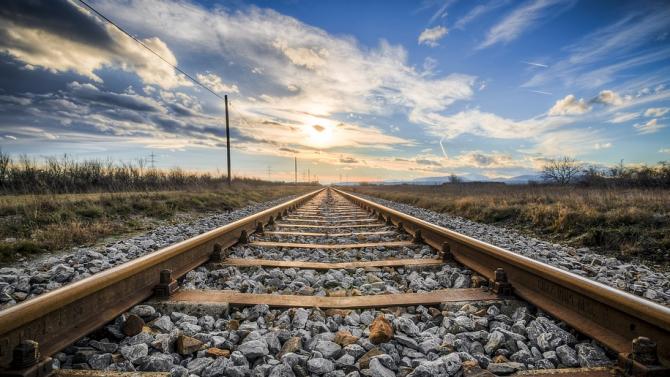 В 15.20 ч. е възстановено движението на влаковете в района