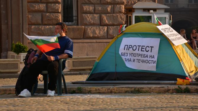 """Приеха в Спешното отделение на """"Св. Анна"""" 58-годишния мъж, обявил гладна стачка пред МС"""