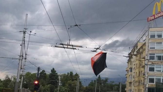 Силният вятър е издухал палатките на протестиращите на Орлов мост