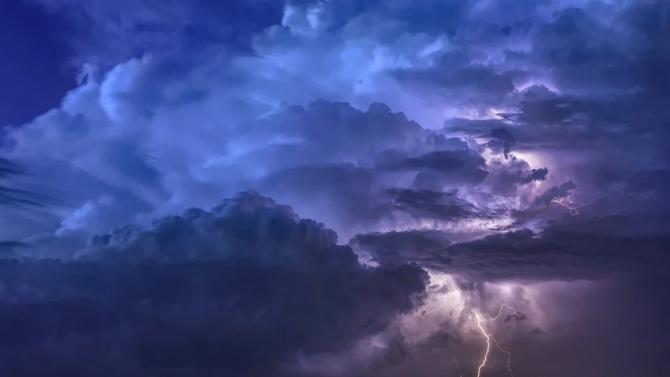 Силна буря с пороен дъжд и силен вятър връхлетя снощи