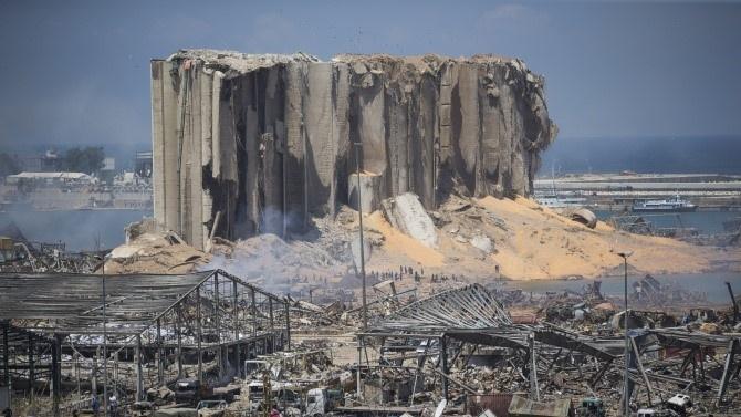 Няколко са версиите за мощната експлозия в Ливан