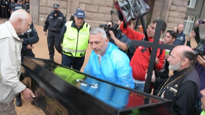 """""""Смъртта ми прилича"""": ГЕРБ се шокира от ковчега, донесен от протестиращите"""