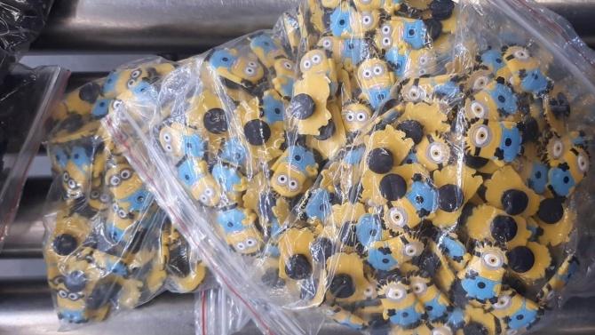 Хиляди декоративни пластмасови декоративни фигурки на анимационни герои задържаха митническите