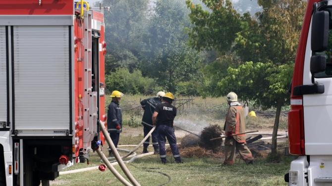 Огнеборци за гасили три пожара в сухи треви, причинени от