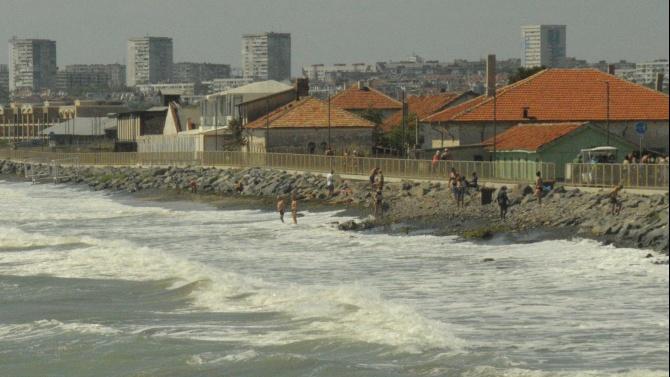 Силният вятър и бурното море превзеха северния плаж, намиращ се