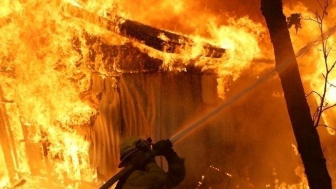 Огнеборци гасят голям пожар край с. Каменяк, Шуменско, съобщиха от