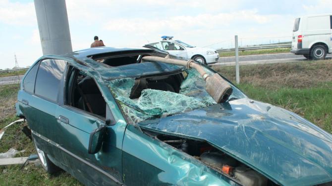 Шофьор заби колата си в пътна табела и загина на място