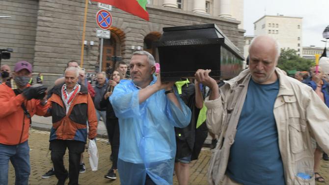 Съпричастни с организирането на протеста, обещали пари на 20-годишния хулиган