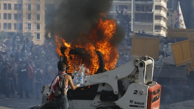Демонстранти в Бейрут щурмуват министерства