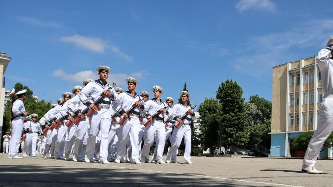 На 22-ма курсанти от Военноморското училище бе присвоено първо офицерско звание