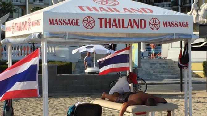 Екзотични масажистки са хит на плажа в Слънчев бряг този