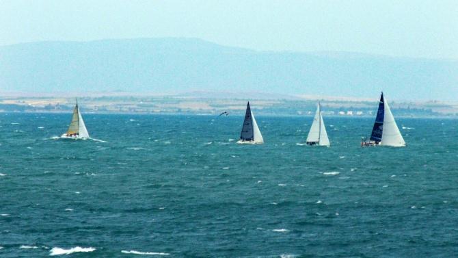 Слънце, море, бриз и яхти в морето - така ще