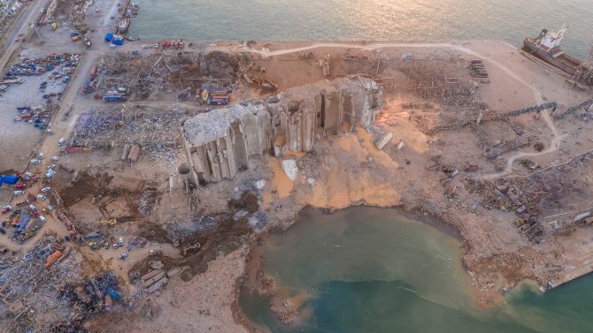 Гигантската експлозия в пристанището на Бейрут остави кратер, дълбок 43