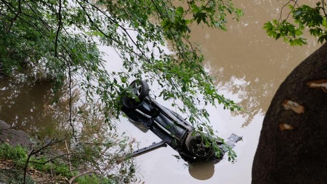 Автомобил падна в р. Струма, в Кресненското дефиле