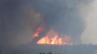 Военен хеликоптер участва в гасенето на пожара край Лесово