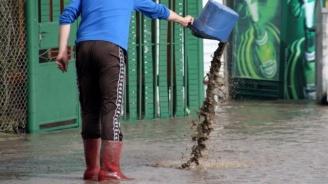 Гръмотевична буря и наводнени улици в Асеновград