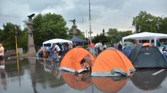 Фотограф: Колко еднакви палатки виждате от автентичната гражданска блокада на Орлов мост?