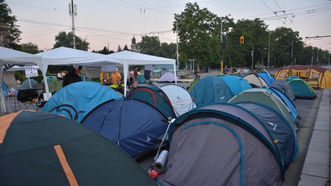 Протестиращите пред Ректората на СУ  в знак на добра воля местят лагера си