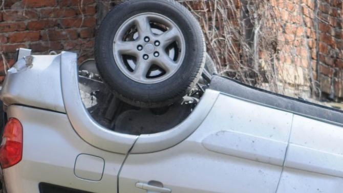 Двама души пострадаха, след като лек автомобил излетя от пътя