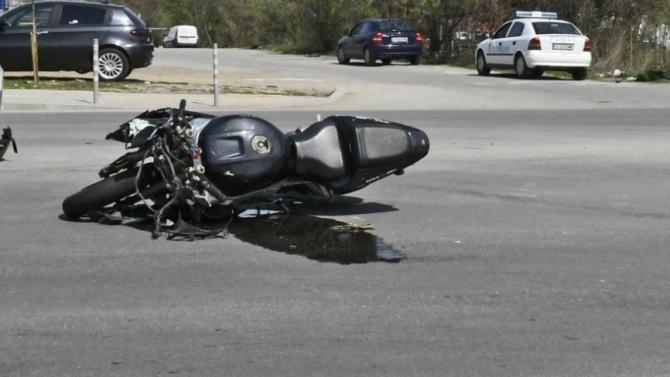 Моторист и спътничката му пострадаха при пътен инцидент в близост
