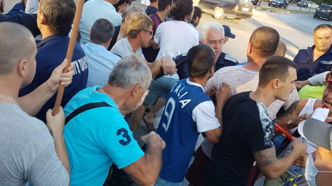 Протестиращи хвърляха памперси срещу Съдебната палата във Велико Търново