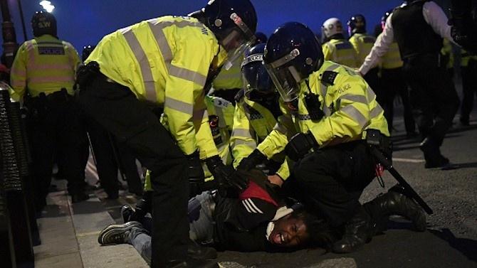 Над 100 арестувани и 13 ранени полицаи при размирици в Чикаго