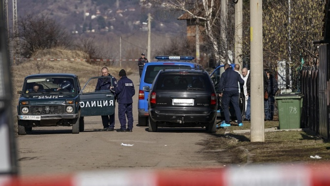 Следователи ще разследват убийството на 56-годишен мъж от 15-годишен в с. Искра