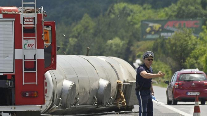 Цистерна с битум се е взривила на пътя на около