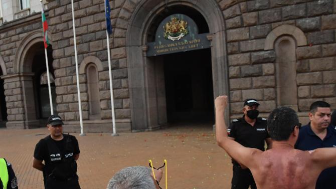 Протестиращи петнят герба на България - ето какво предвижда законът за това престъпление