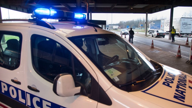 Мъж, въоръжен с метална щанга, нападна трима полицаи в Южен