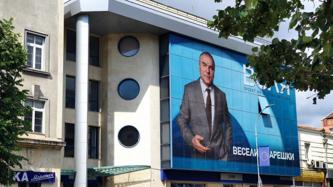Мазилка пада от сградата на Централната поща във Варна. За