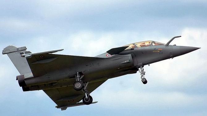 """Франция ще изпрати два изтребителя """"Рафал"""" и фрегатата на военноморските"""